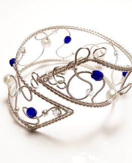 Bratara cu sarma argintata si cristale albastre
